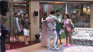 Bigg Boss OTT: Akshara Singh Misbehaves With Zeeshan Khan, Pushes Him Into A Fight, Photos, Videos, Full Movie Watch Online Free Download Leaked By Tamilrockers, Download Torrent Telegram File Link